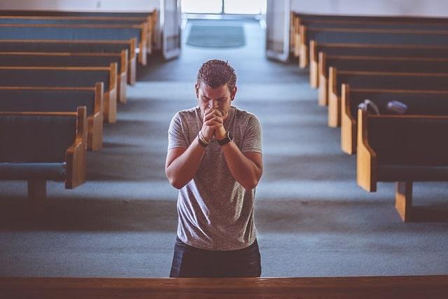 教会で成功を祈る人