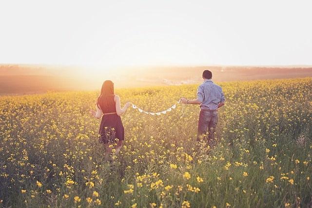 花畑で戯れる恋人たち