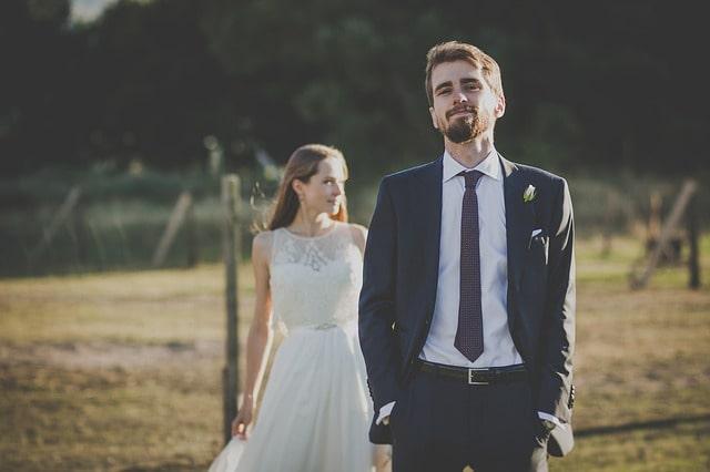 誇らしげな男性とドレス姿の女性
