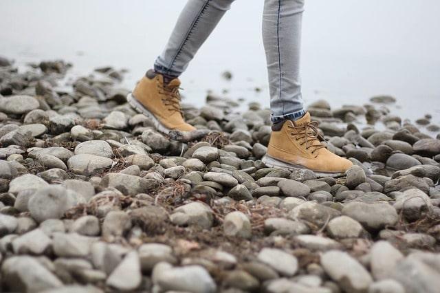 f:歩いている人の靴と足元