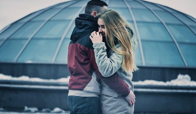 抱き合っている男女