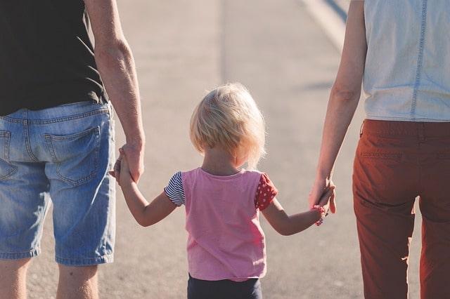 両親と子どもが手を繋いでいる風景