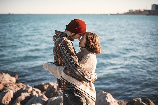 抱き合って見つめ合うカップル