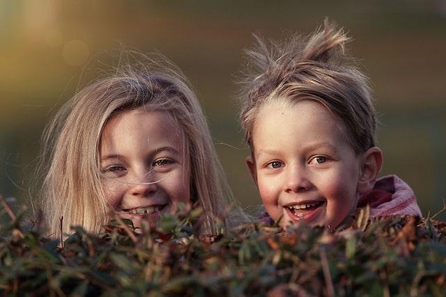 笑顔の二人の子供