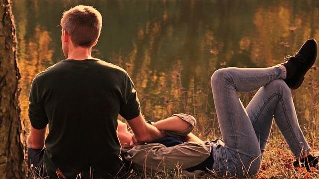 女性が男性に膝枕をしてもらっている風景