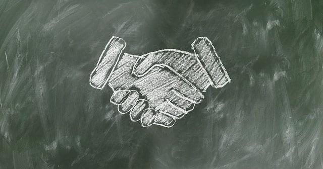 黒板に書いた握手の絵