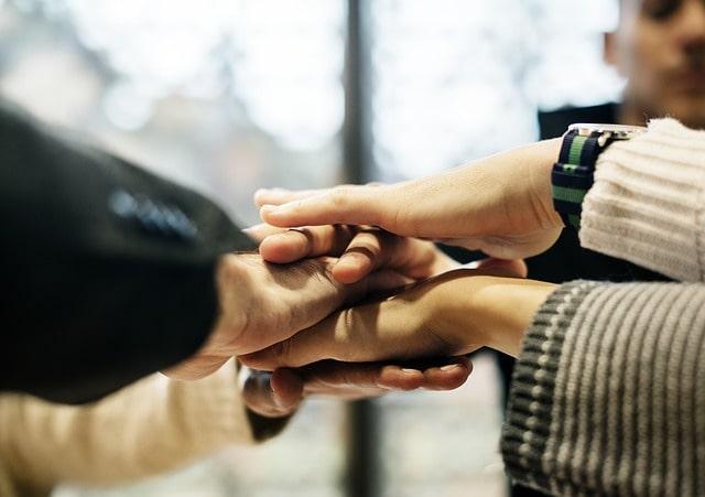 手を合わせて一致団結する姿
