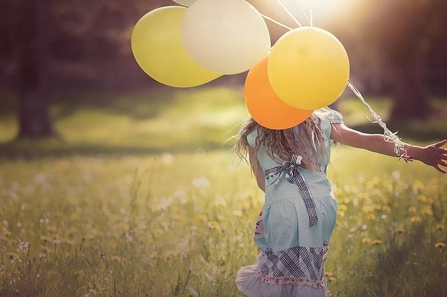 風船を持って走る少女