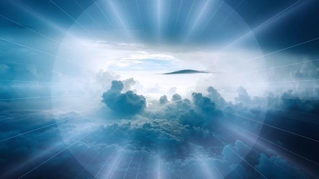 青く光り輝く空と雲