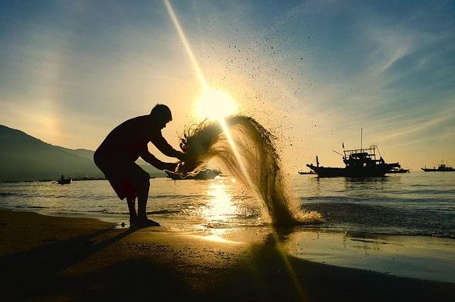 砂浜で過ごす人