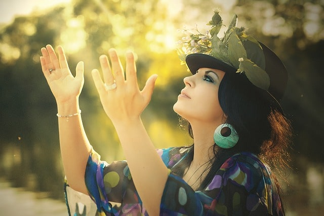 手をあげて自然と戯れる人