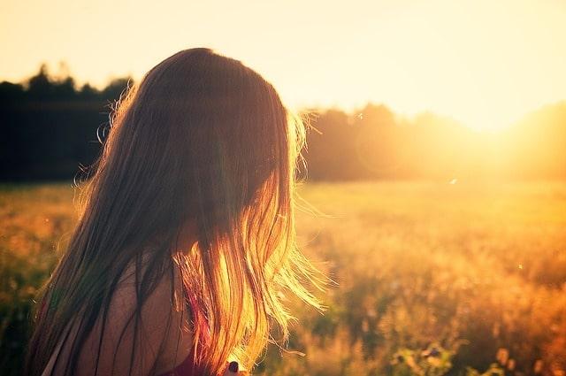 夕日に照らされた女性の髪