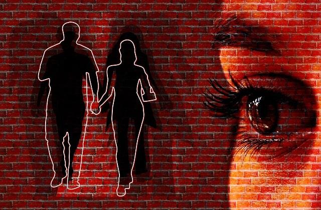 恋人同士のカップルに嫉妬する女性