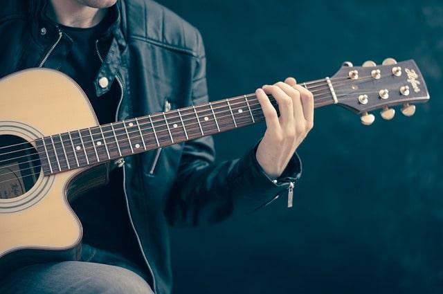 ギターを抱える人