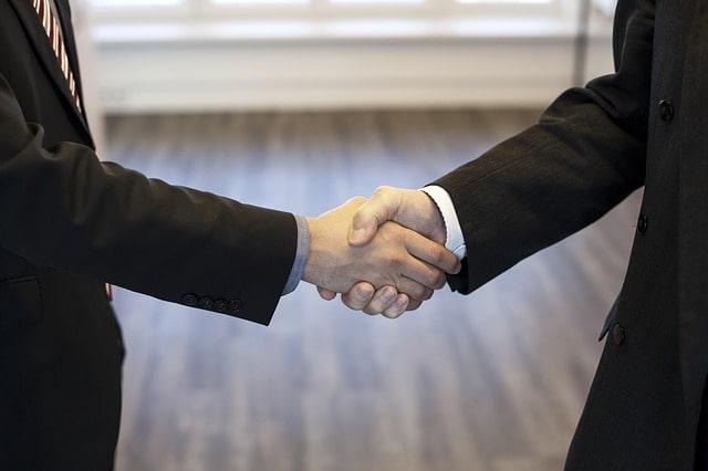 握手する人達