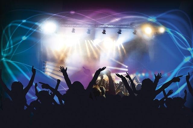 コンサート会場で楽しむ人たち