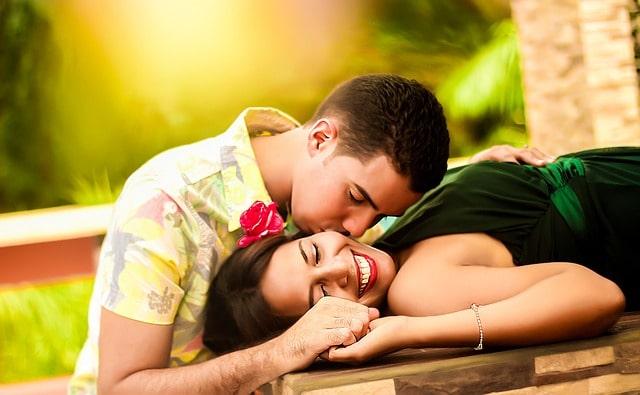 ニコニコしあって笑いながらキスする二人