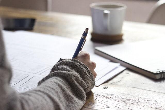 ペンで紙に書く人