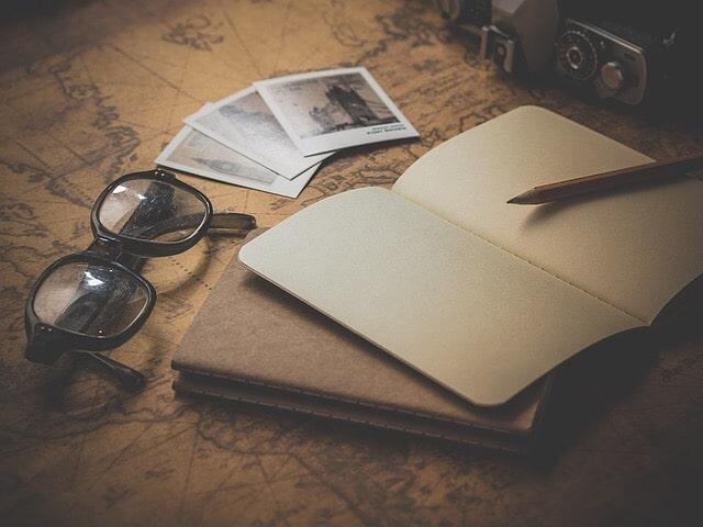メガネとノートと鉛筆