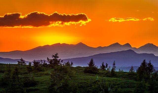 夕焼けの空と山