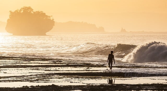 朝焼けの海と人