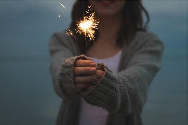 花火を持った女性