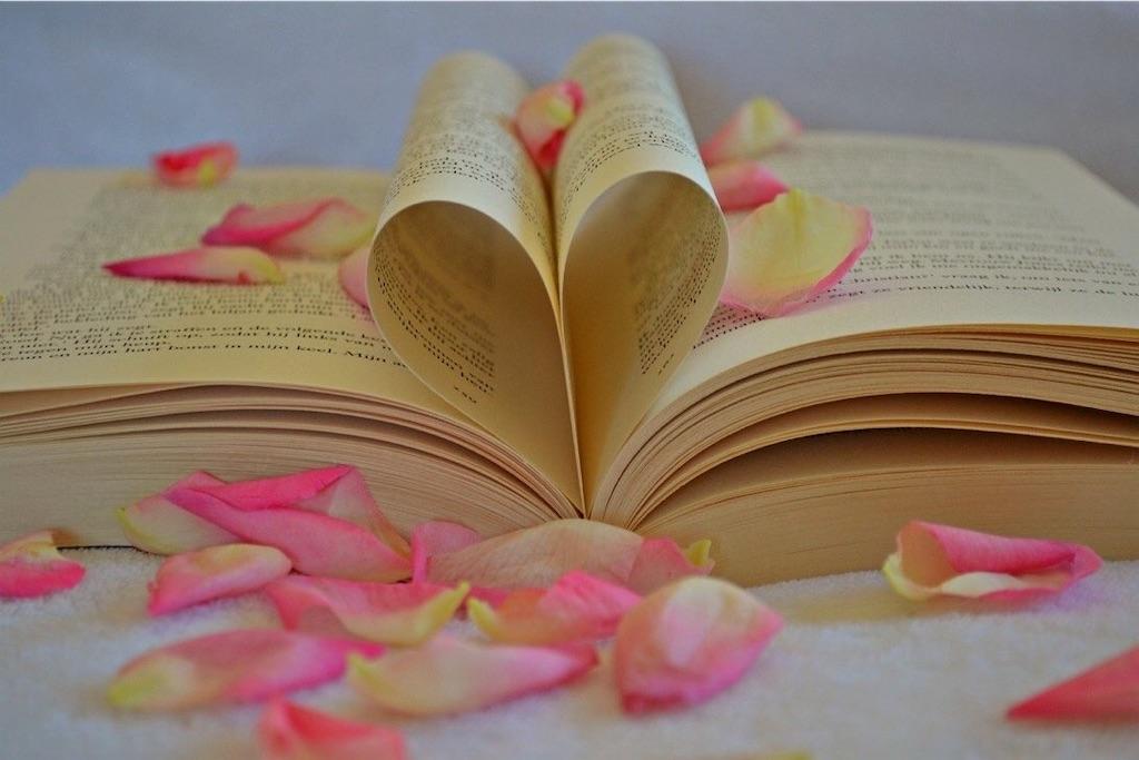 ハート型に折れたノートと花びら