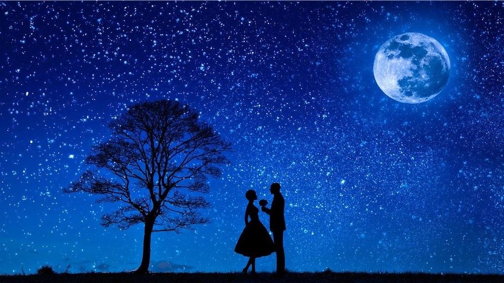 夜空の下で向かい合う男女