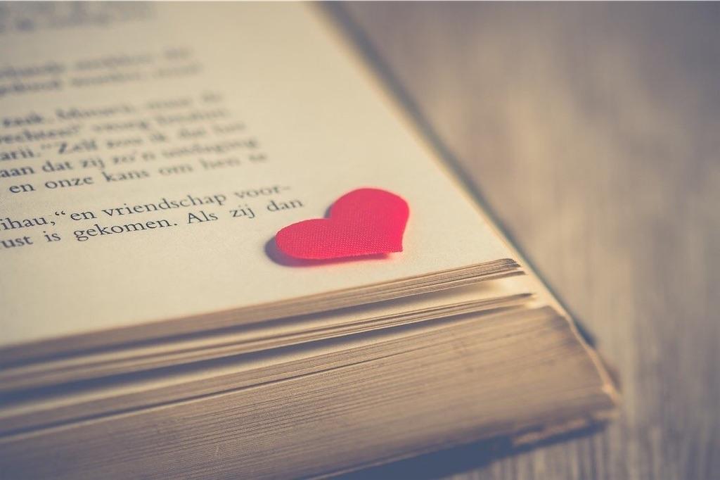 本とハート型折り紙