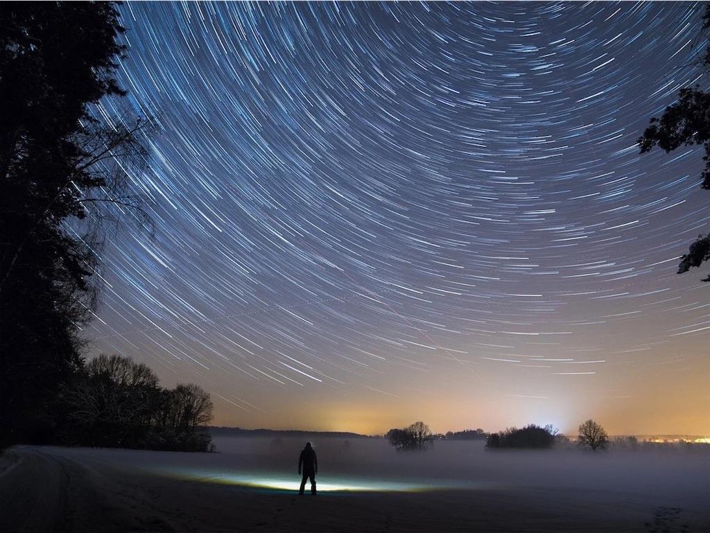 夜空を眺める人