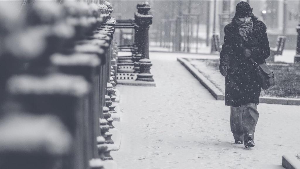 吹雪の中歩く女性