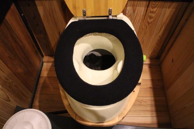 コンポストトイレに入った腐葉土
