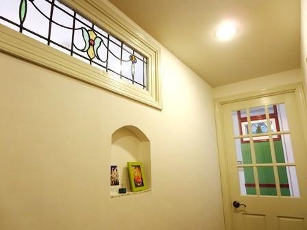 玄関の廊下のステンドグラス
