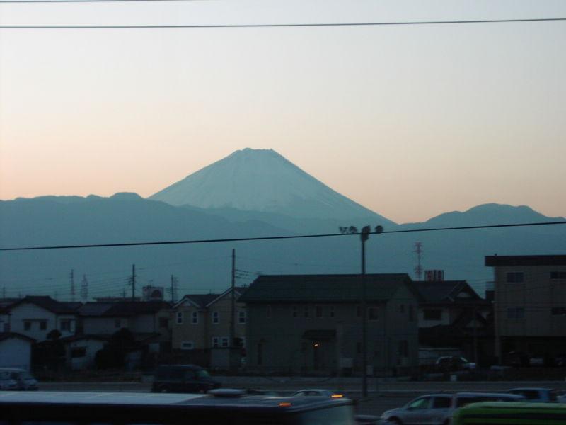 甲府近辺の車窓から眺める富士山