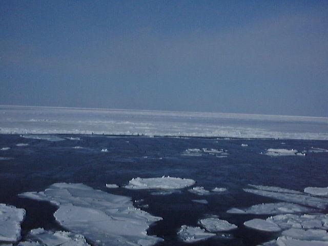 オホーツク海に浮かぶ流氷