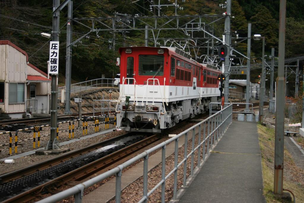 井川線の電気機関車とラックレール