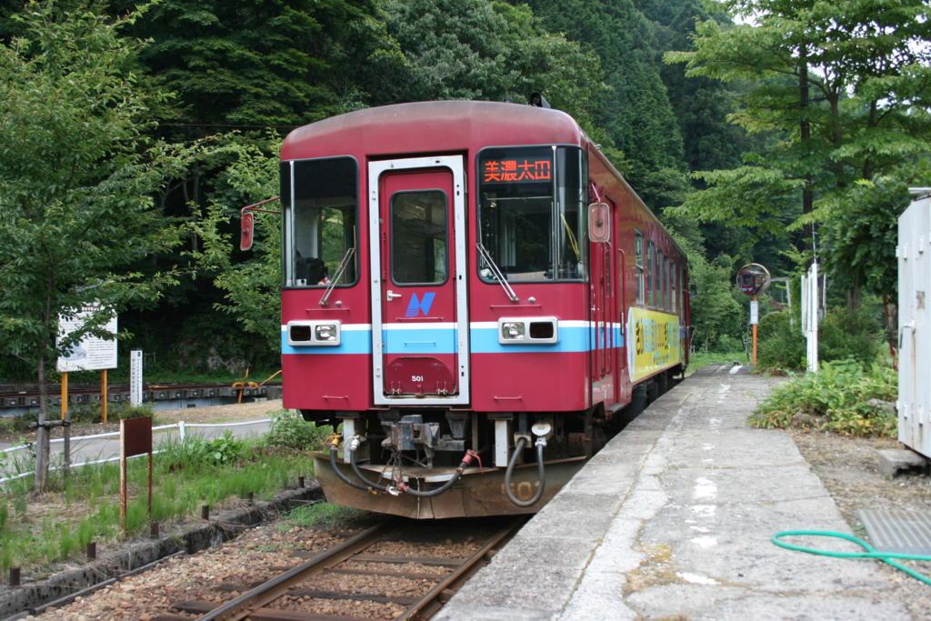 北濃駅に停車中の長良川鉄道の気動車