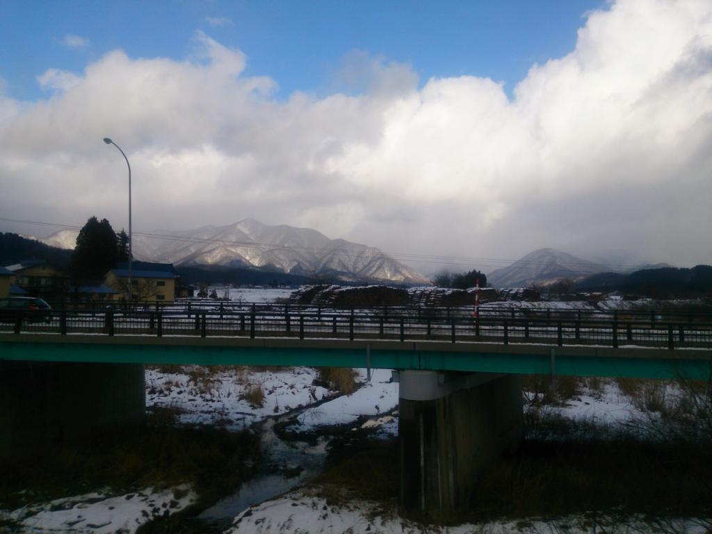 陸羽東線から見る雪景色と青空