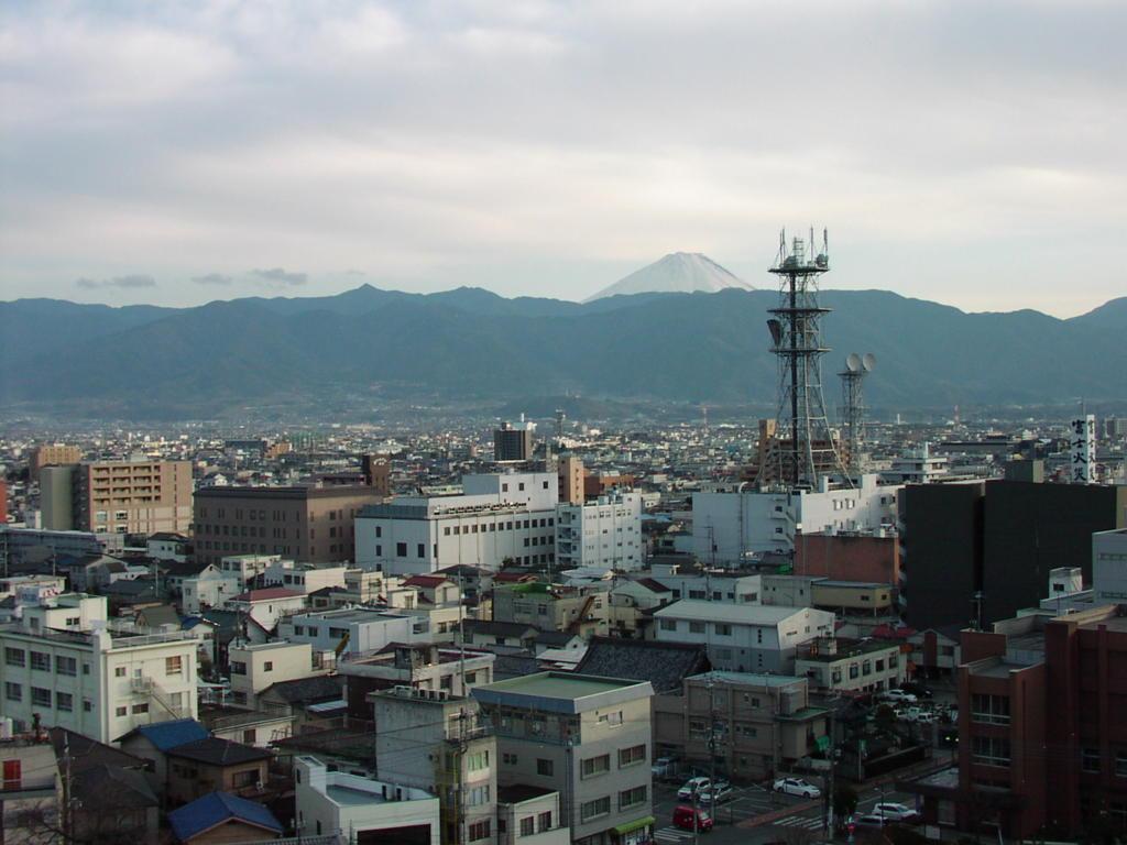 甲府の街並みと富士山
