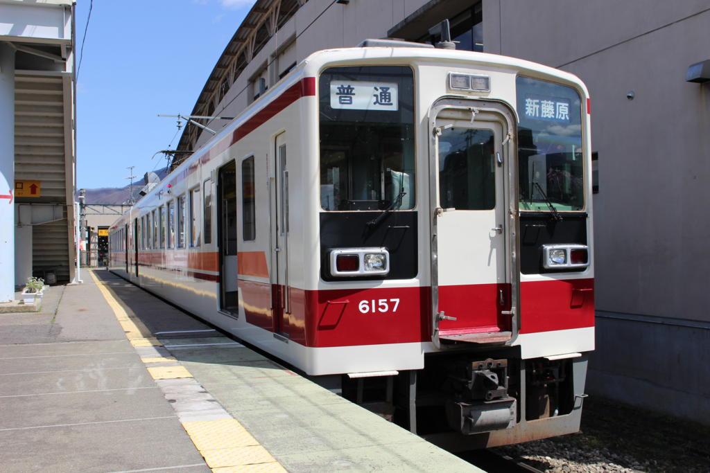 会津田島駅に停車中の東武6050系電車