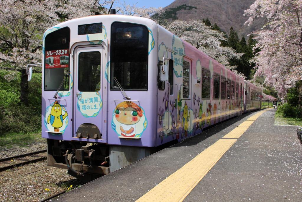 会津鉄道の気動車とサクラ