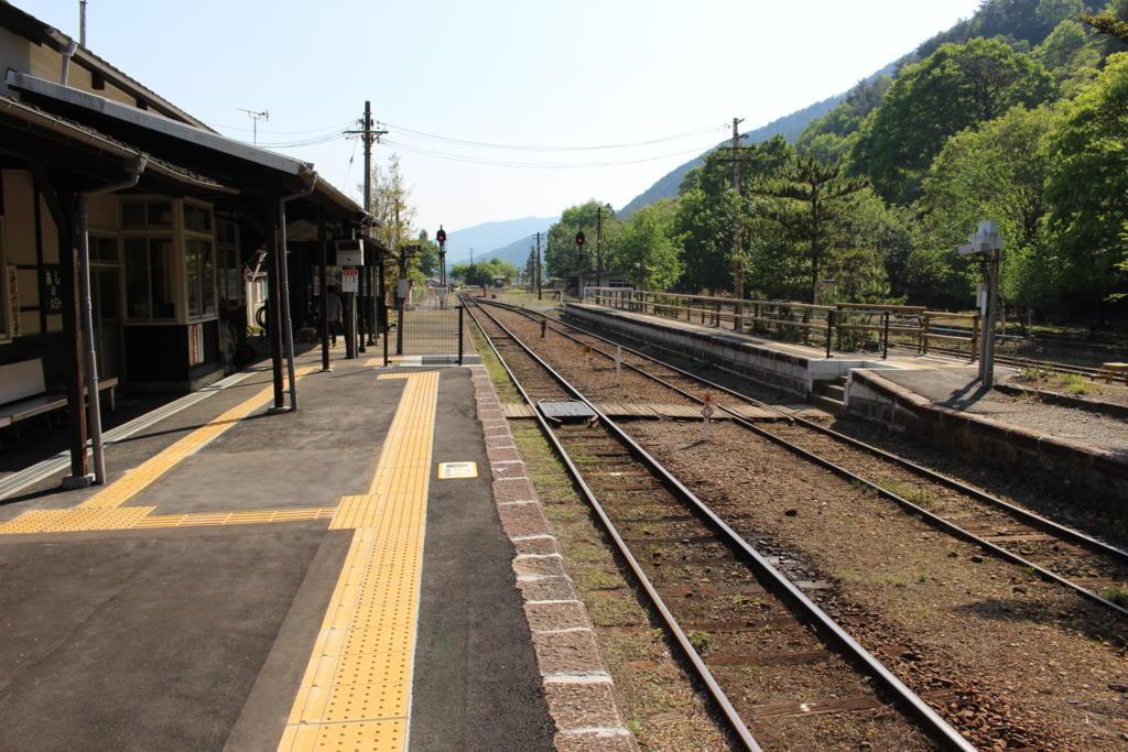 足尾駅のホームと構内踏切