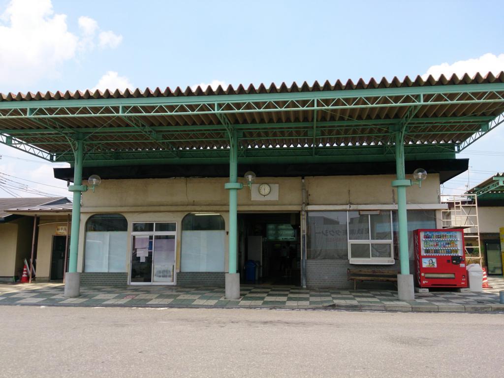 コンクリート造りの竜ケ崎駅舎