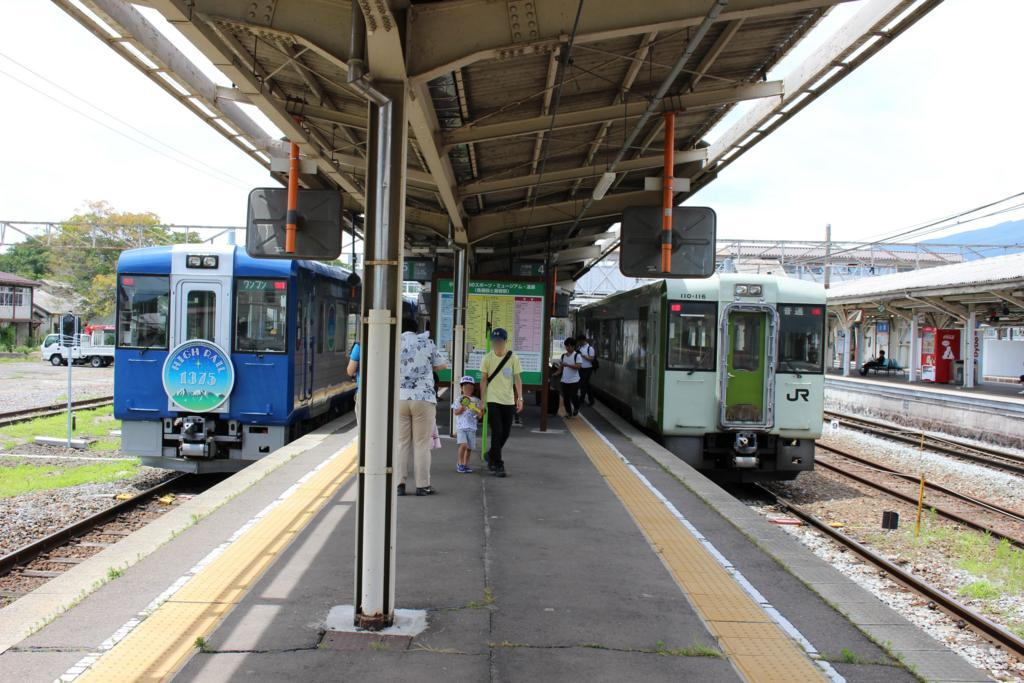 小諸駅で並ぶHIGH RAIL 1375と普通列車