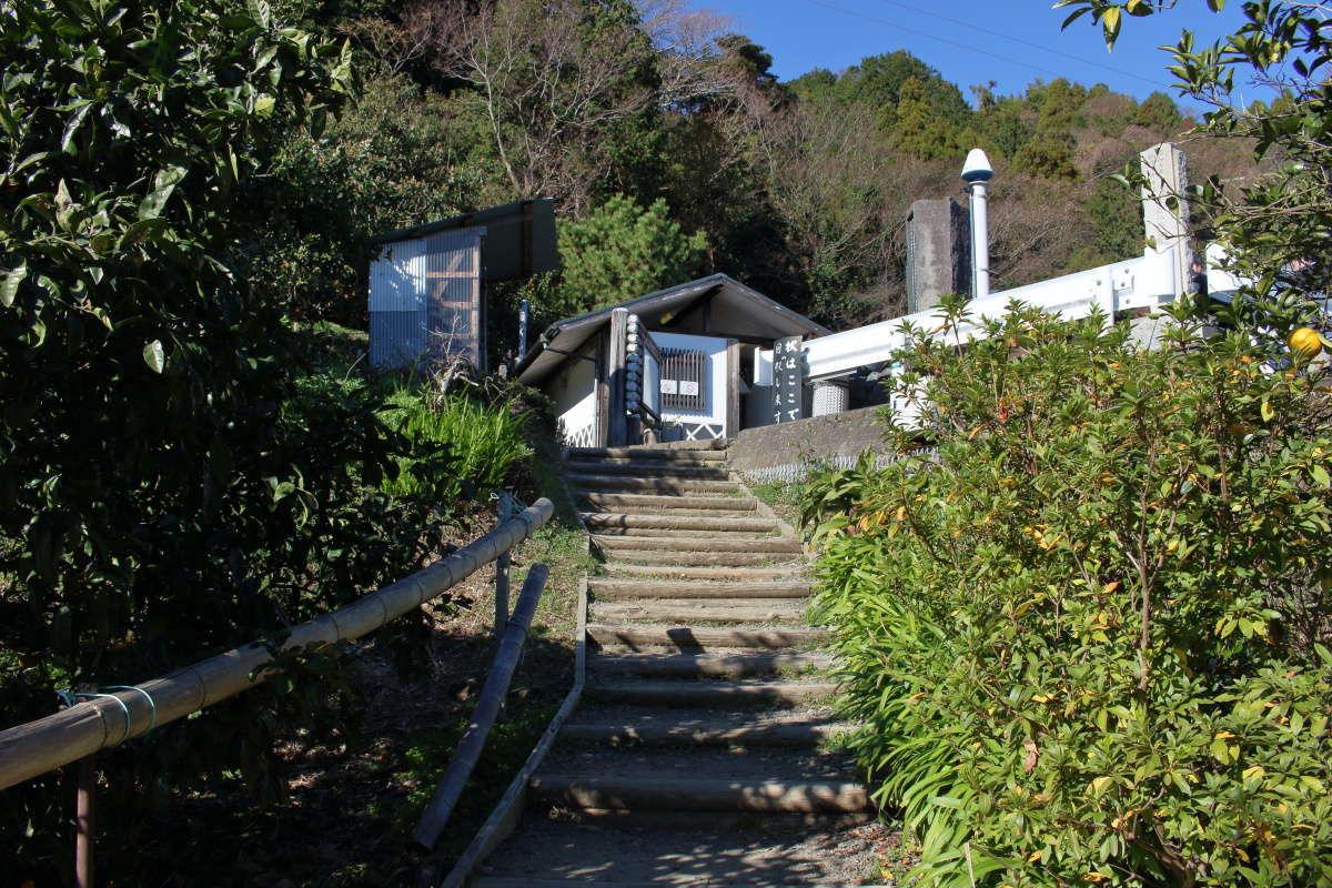 遊歩道が終わり階段の上に薩埵峠駐車場があります