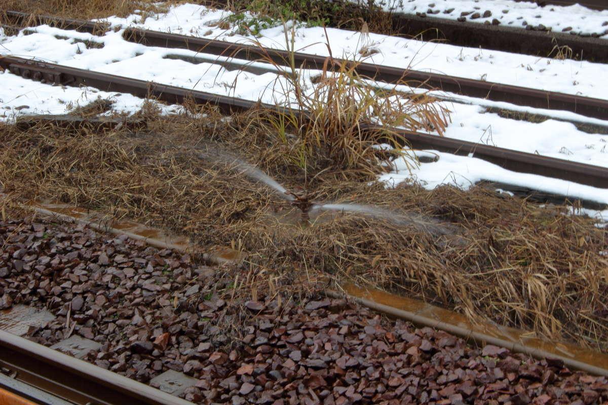 越後川口駅の線路脇のスプリンクラー