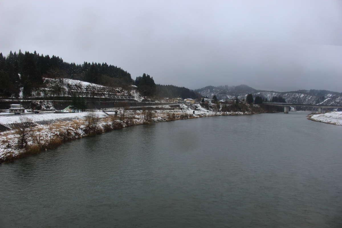 越後川口駅を出てすぐに魚野川を渡ります