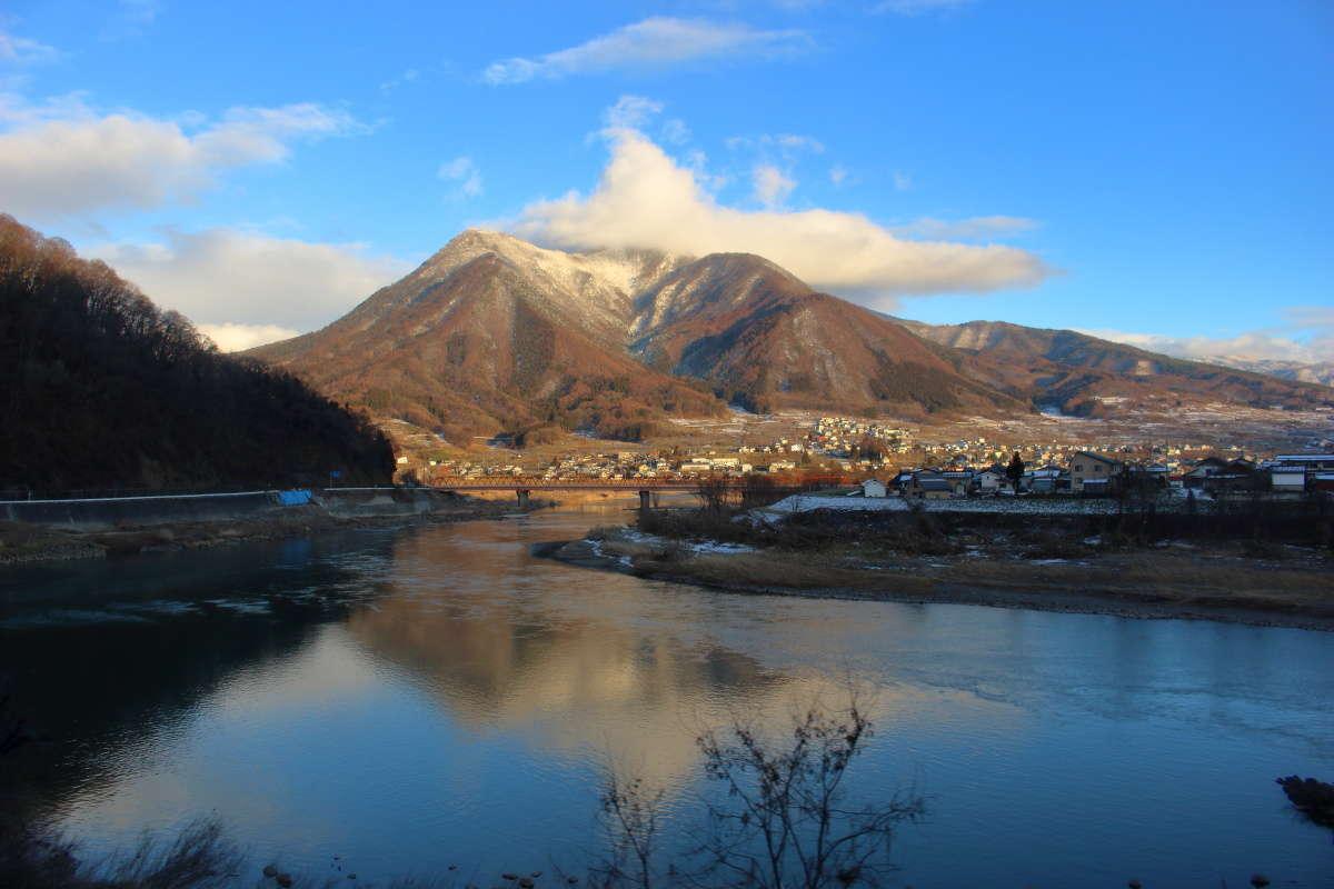 飯山駅を過ぎると蛇行する千曲川が再び左側に見えるようになります