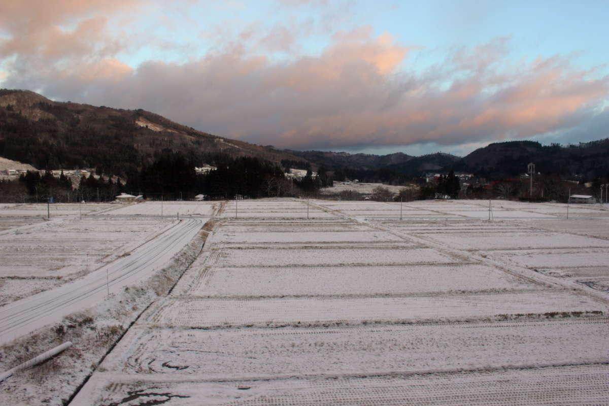 只見川沿いの里山の雪景色を進む