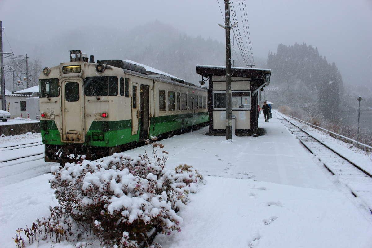 雪が降る会津川口駅に到着